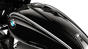 Depósito negro con línea doble y logo atornillado