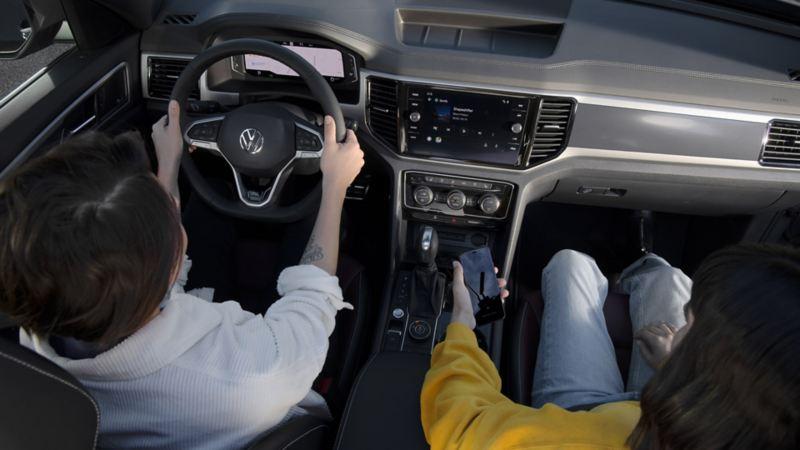 """Radio con pantalla touch a color de 8"""" con logo R-Line en pantalla de bienvenida y Volkswagen Wireless App-Connect"""